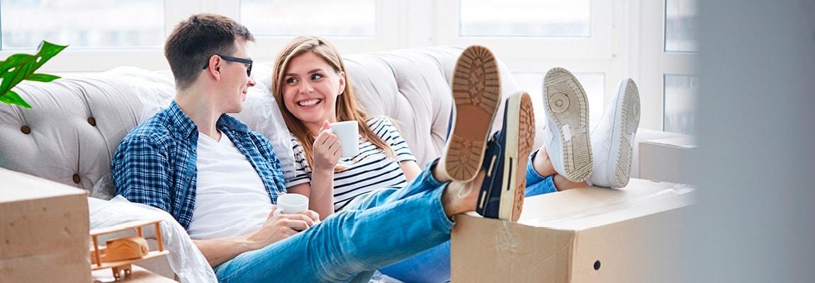 זוג יושב על ספה