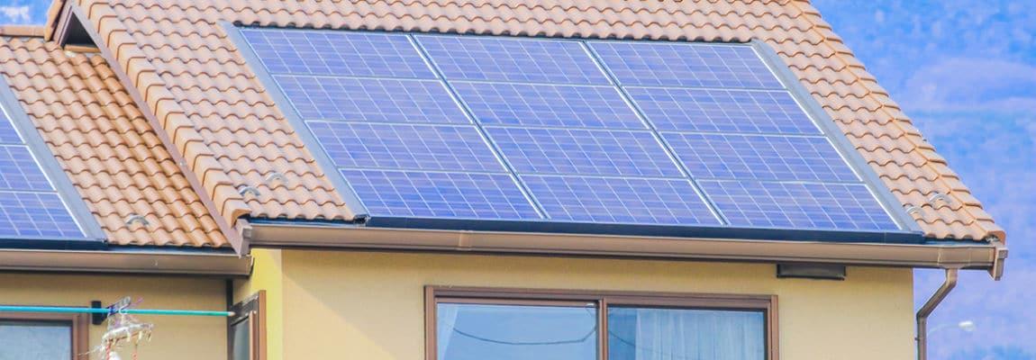 פאנל סולארי על גג רעפים
