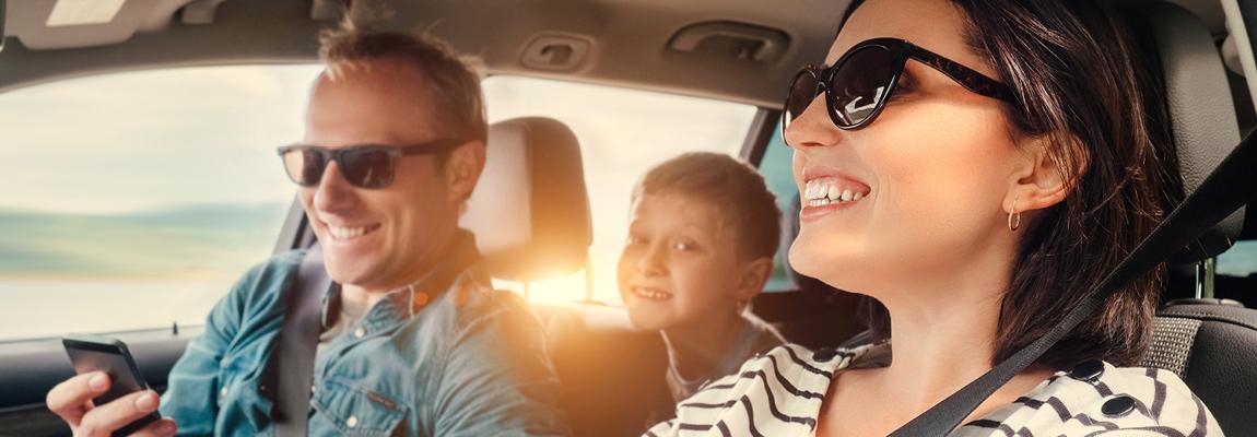 משפחה מאושרת ברכב חדש
