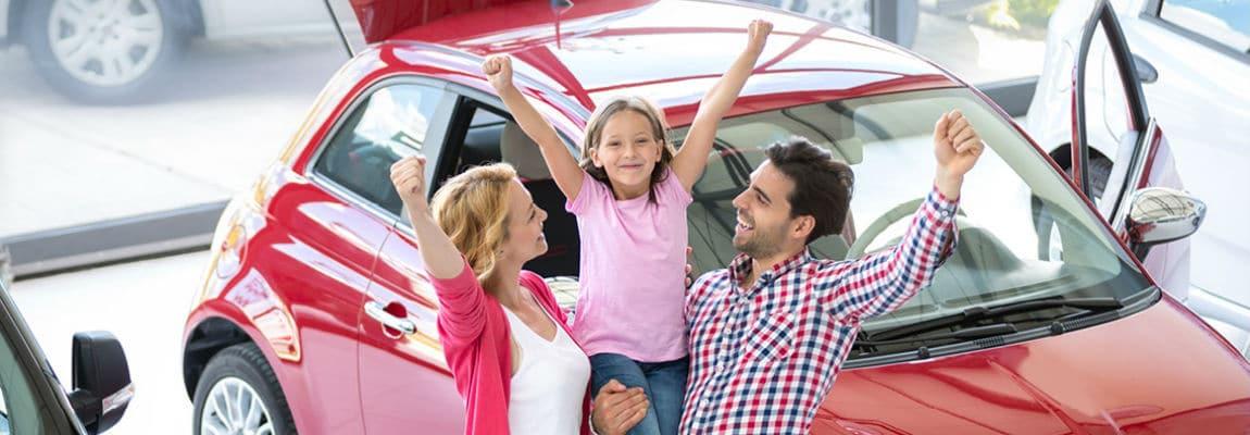 משפחה עם רכב חדש